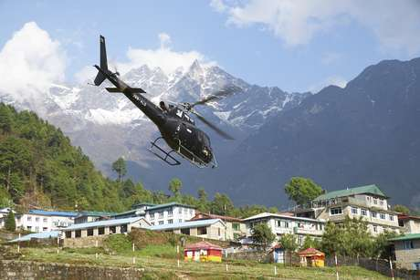 La serie relata en primera persona el sacrificio técnico y humano que significa para los pilotos de helicópteros salvar a los montañistas atrapados en el techo del mundo.