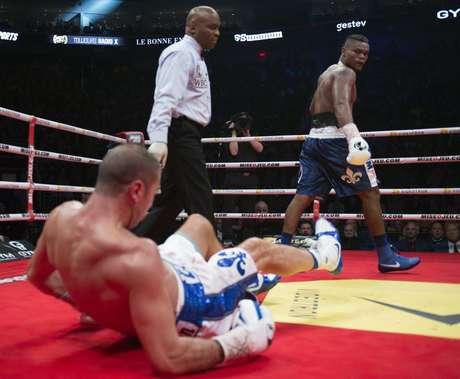 El colombiano Eleider Alvarez, derecha, observa tras derribar a Lucian Bute en un combate por el peso semicompleto el viernes, 24 de febrero de 2017, en Quebeck City, Canadá.