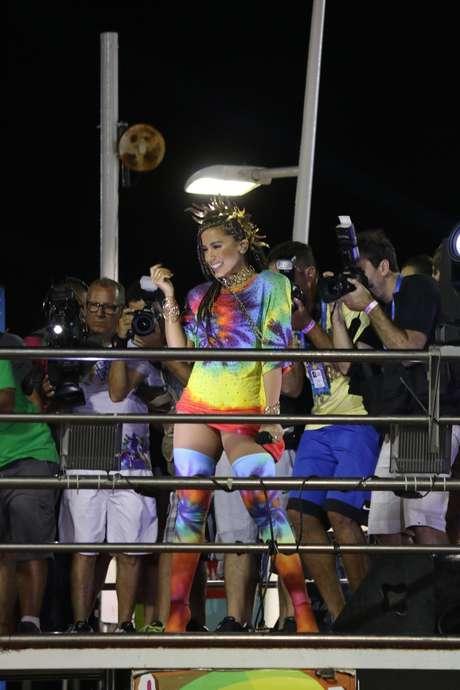 Anitta com look colorido e tranças