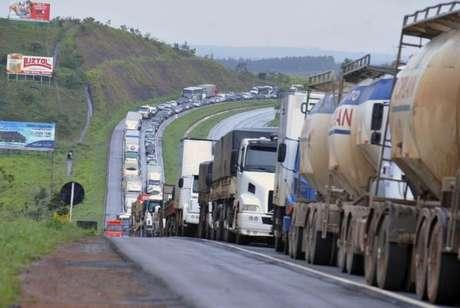 Desde as 0h de quinta-feira (23) mais de 226 mil veículos desceram a serra em direção à Baixada Santista