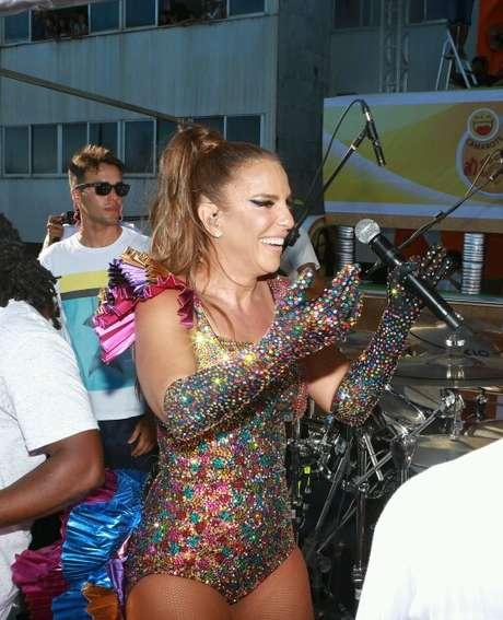 Ivete canta com body colorido em Salvador