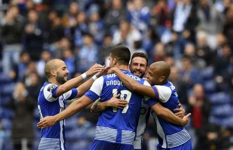 Jogadores celebram gol na vitória do Porto sobre o Boavista neste domingo (Foto: Francisco Leong / AFP)