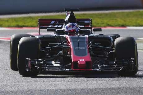 El nuevo bólido de la escudería Haas durante una prueba en el circuito de Montmeló en Barcelona, España, el sábado 25 de febrero de 2017.