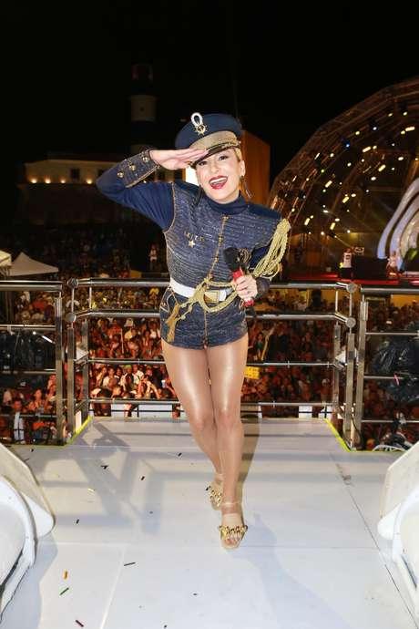 Claudia Leitte como comandante no trio elétrico