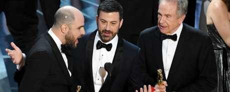 No palco, Warren Beatty já tinha comentado que o envelope em suas mãos continha o nome de Emma Stone, vencedora do Oscar de melhor atriz por La La Land.