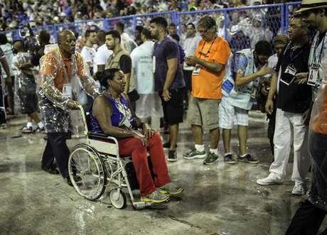 Pelo menos oito pessoas ficaram feridas, dois com gravidade, após serem esmagadas por um carro alegórico do Paraíso do Tuiuti, escola que abriu o primeiro dia de desfiles do Carnaval do Rio.