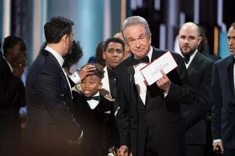 """Tudo apontava para que """"La La Land"""", após obter os prêmios de Melhor Diretor (Damien Chazelle), Melhor Atriz (Emma Stone), Melhor Trilha Sonora Original, Melhor Canção (""""City of Stars""""), Melhor Design de Produção e Melhor Fotografia, seria coroado como melhor filme e, de fato, assim anunciaram Warren Beatty e Faye Dunaway.  No entanto, algo não se encaixava."""