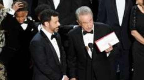 O ator Warren Beatty (à direita) explica o erro que resultou no anúncio errado do vencedor.