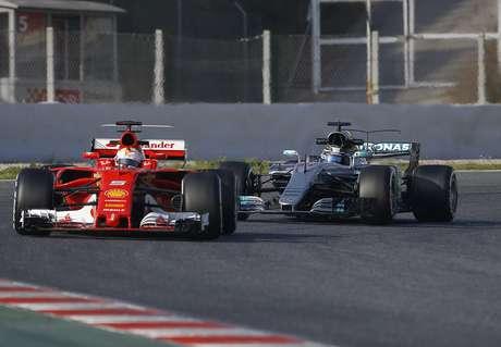 La Ferrari de Sebastian Vettel (izq) seguida del Mercedes de Valtteri Bottas en los ensayos del 27 de febrero en las afueras de Barcelona, con miras al campeonato de fórmula uno que arranca el 26 de marzo en Australia.