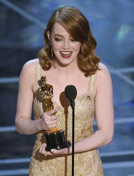 """Emma Stone recibe el premio a la mejor actriz por su papel en """"La La Land"""" en los Oscar el domingo 26 de febrero de 2017 en el Teatro Dolby en Los Angeles."""