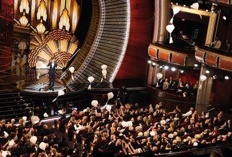 El anfitrión Jimmy Kimmel habla mientras caen donas sobre butacas del Teatro Dolby en los Oscar el domingo 26 de febrero de 2017 en Los Angeles.