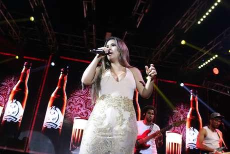 Simone usa body e saia transparente para show em Salvador