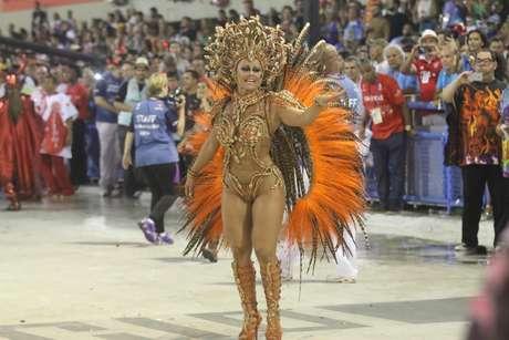 Viviane Araújo samba como rainha de bateria da Salgueiro