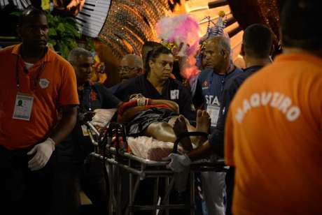 Estrutura de carro alegórico quebrou deixando feridos no desfile da escola de samba Unidos da Tijuca, pelo grupo especial, no Sambódromo