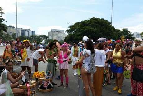 Concentração do bloco Orquestra Voadora no Aterro do Flamengo, Rio, Carnaval 2017