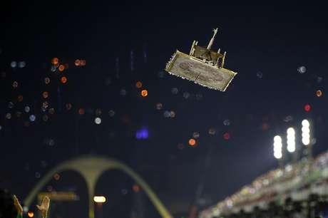 Aladim sobrevoa Sambódromo durante desfile da Mocidade Independente de Padre Miguel