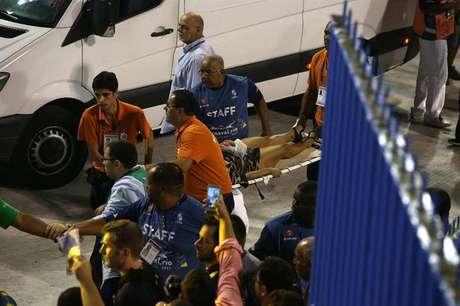 A queda de uma estrutura de um carro alegórico durante um dos desfiles no Sambódromo do Rio de Janeiro deixou, na madrugada desta terça-feira, pelo menos 15 feridos em diferentes graus, de acordo com informações de fontes oficiais.