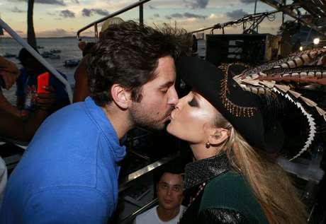Claudia Leitte beija marido Ricardo Pedreira em show de Salvador