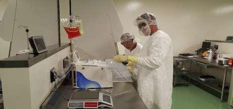 En esta foto de mayo de 2016 distribuida por Kite Pharma, especialistas en terapia celular en la planta de la empresa en El Segundo, California, preparan células sanguínea de un enfermo para alterarlas a fin de combatir el cáncer. Una terapia genética experimental que convierte las células sanguíneas del paciente en agresoras contra el cáncer resultó eficaz en un importante estudio en el que más de un tercio de enfermos avanzados de linfoma no mostraron señales de la enfermedad seis meses después del tratamiento, dijo su fabricante el martes 28 de febrero de 2017.