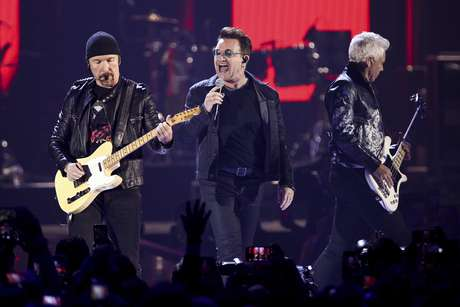 """En esta imagen de archivo, tomada el 23 de septiembre de 2016, (de izquierda a derecha) The Edge, Bono y Adam Clayton, del grupo U2, actúan en el iHeartRadio Music Festival, en Las Vegas. En una demanda presentada el 27 de febrero de 2017, en una corte federal de Manhattan, Paul Rose dice que U2 tomó elementos de su canción """"Nae Slappin"""" para su tema """"The Fly"""" mientras buscaban inspiración."""