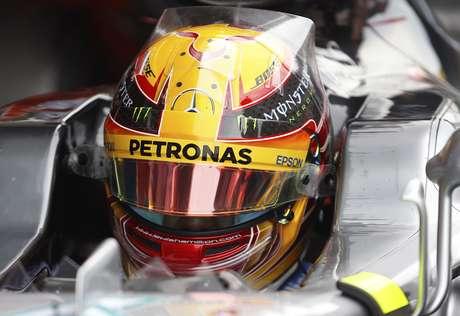 El piloto de Mercedes, Lewis Hamilton, aparece sentado en su vehículo durante una prueba de pretemporada de la F1 el martes, 28 de febrero de 2017, en Montmelo, España.