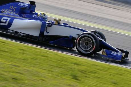 El piloto de Sauber, Marcus Ericsson, maneja durante una práctica de pretemporada el lunes, 27 de febrero de 2017, en Montmeló, España.