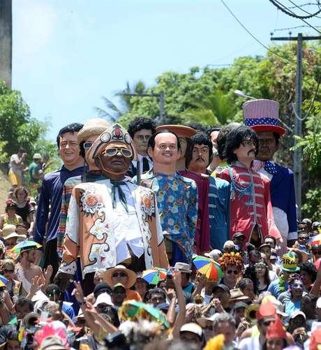 Tradicionais bonecos arrastam multidão pelas ladeiras de Olinda