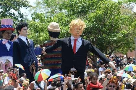 Bonecos representando personalidades da cultura norte-americana, como o presidente Donald Trump, se juntaram aos foliões em Olinda
