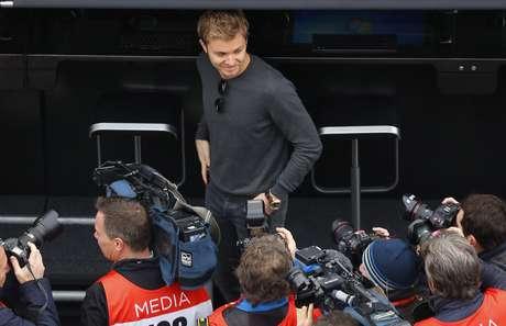 El campeón mundial de la Fórmula Uno, Nico Rosberg, aparece rodeado por camarógrafos durante una sesión de pruebas de pretemporada de la F1 el miércoles, 1 de marzo de 2017, en Montmelo, España.