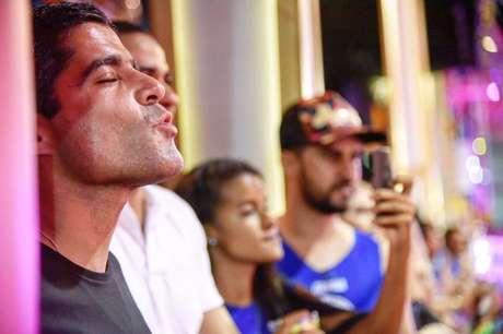 ACM Neto manda beijinho para o público