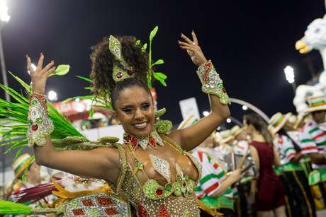 A Rainha Tarini Lopes durante o desfile da Escola de samba X-9 Paulistana válida pelo Grupo de Acesso, no Sambódromo do Anhembi em São Paulo (SP).