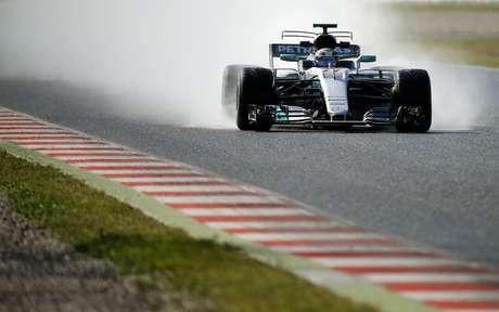 El piloto de Mercedes, Valtteri Bottas, maneja su bólido en una prueba de pretemporada de la F1 el jueves, 2 de marzo de 2017, en Montmelo.