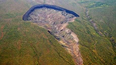 Localizada na floresta boreal da Sibéria, enorme cratera cresce, em média, 10 metros por ano e serve de alerta contra o desmatamento e o aquecimento global