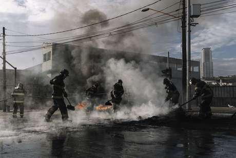 Bombeiros apagam fogo e retiram barreira de pneus da avenida do Estado