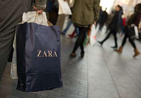 Una persona con una bolsa de Zara