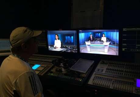 Mesa de onde o iluminador controla os refletores no estúdio