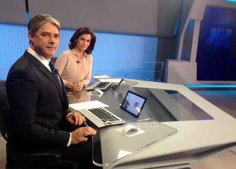 Bonner e Renata acessam informações da redação e a internet por meio de finíssima tela na bancada