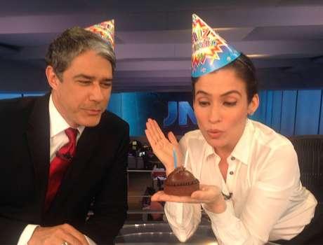 Bonner e Renata festejaram os 47 anos do 'JN', em setembro do ano passado, com mini-bolo e chapéu de festa