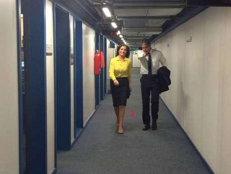 Os apresentadores no corredor do jornalismo da Globo, a caminho do estúdio