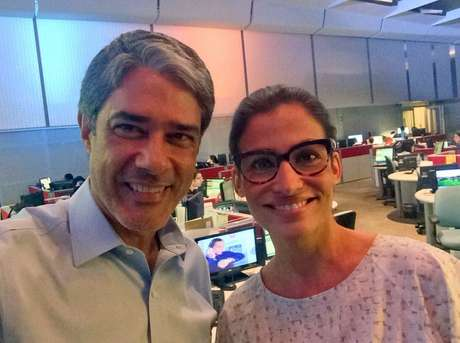 William e Renata, com visual casual, na redação do telejornal