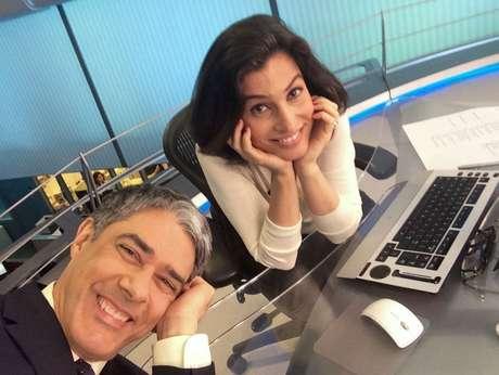Os âncoras fazem pose para a selfie diária antes de o telejornal começar