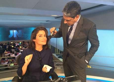 Além de âncora e editor-chefe, Bonner ataca de maquiador (uma brincadeira com Renata, obviamente)