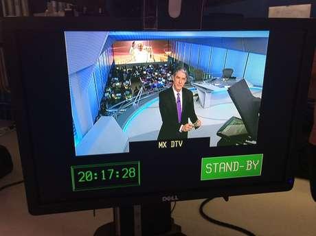 Bonner faz selfie usando o monitor instalado na parte inferior do teleprompter