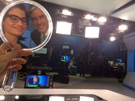 Renata e Bonner 'dividem' o espelho usado para os retoques de maquiagem no estúdio