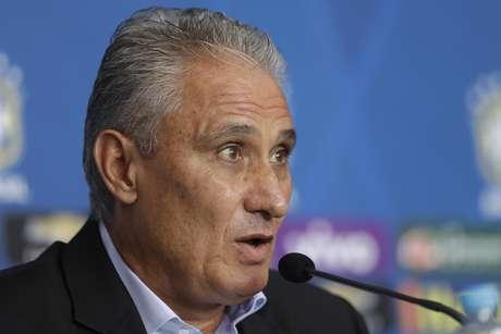 El técnico de la selección de Brasil, Tite, habla en conferencia de prensa para anunciar la convocatoria para las eliminatorias mundialistas el viernes, 3 de marzo de 2017, en Sao Paulo.