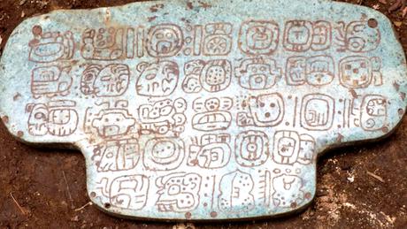 Joia apresenta 30 hieróglifos gravados na parte de trás