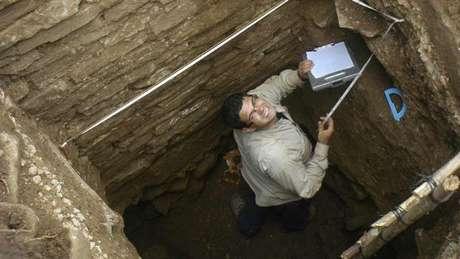 O estudante Mario Borrero foi um dos pesquisadores que encontraram a tumba onde o pingente estava