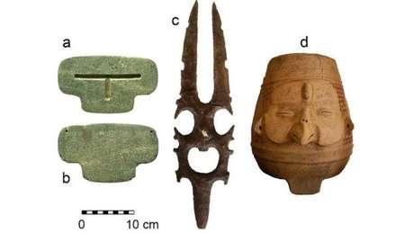 O pingente foi encontrado junto a outros objetos - 25 vasos e uma pedra esculpida em forma de deusa