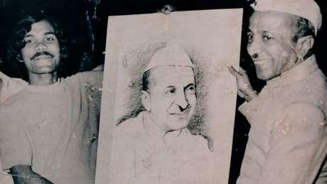 PK Mahanandia (esq.) também fazia retratos de políticos, como BD Jatti (dir.), que foi presidente interino da Índia de fevereiro a julho de 1977
