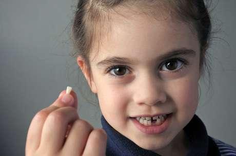 O 1º dente costuma cair por volta dos 6 anos de idade e a troca de dentição é finalizada até os 12 anos.